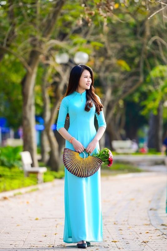 Thiếu nữ Lào khoe sắc trên con đường tím màu hoa ban Hà Nội - 7