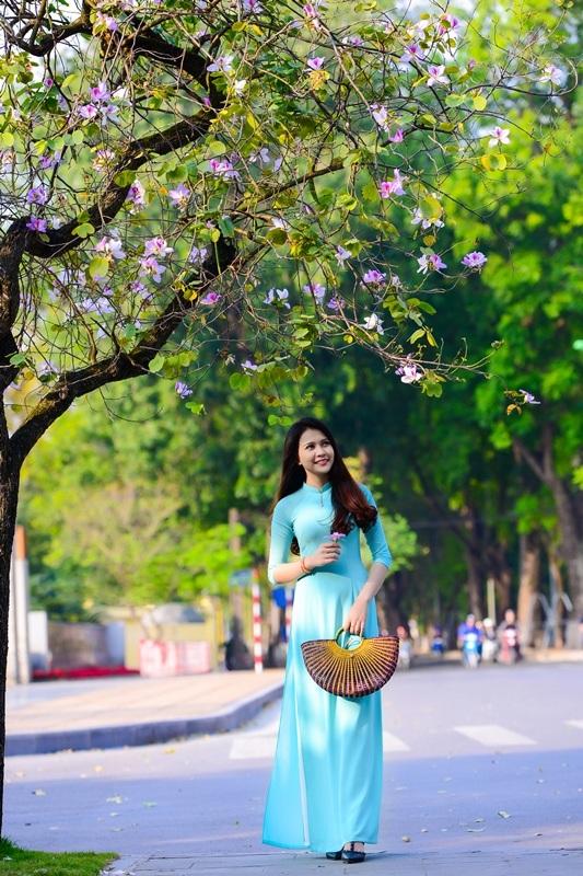 Thiếu nữ Lào khoe sắc trên con đường tím màu hoa ban Hà Nội - 8