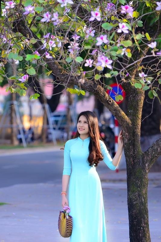 Thiếu nữ Lào khoe sắc trên con đường tím màu hoa ban Hà Nội - 10