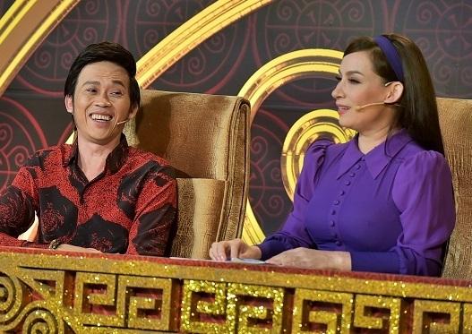 """Có lẽ từ chính """"tuyên bố"""" đó nên trên ghế nóng chương trình, Hoài Linh với khả năng hoạt ngôn của mình đã liên tục """"chặt chém"""" Phi Nhung không thương tiếc."""