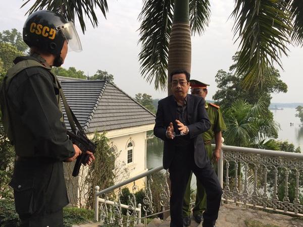 Cảnh NSND Hoàng Dũng bị bắt ở cuối phim Người phán xử. Ảnh: VFC.