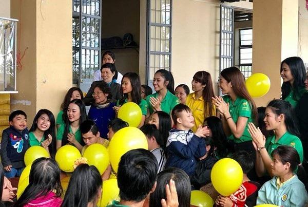 Hải Thu cùng với các người đẹp thăm trẻ em nhiễm chất độc màu da cam và trẻ khuyết tật ở Lâm Đồng.