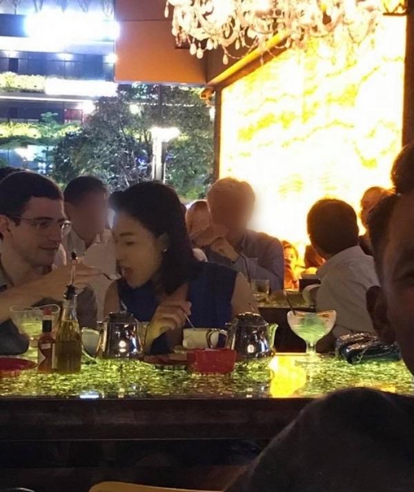 Bức hình được cho là MC Á hậu Hoàng Oanh đi ăn tối thân mật cùng một người đàn ông ngoại quốc đang được lan truyền trên mạng xã hội. PV Dân trí đã liên hệ nhưng phía Hoàng Oanh giữ im lặng trước tin đồn cô hẹn hò người mới sau chia tay Huỳnh Anh.
