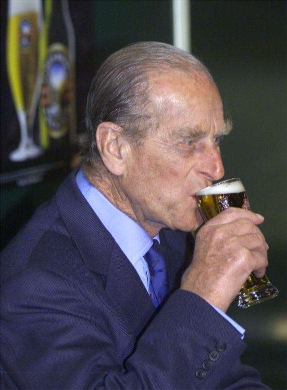 Năm 2016, Hoàng thân Philip đã tham dự hơn 200 sự kiện lớn nhỏ mặc dù tuổi đã cao. Trong tuần này, Hoàng thân cũng được nhìn thấy xuất hiện tại một câu lạc bộ bóng gậy ở London. Trong ảnh: Hoàng thân Philip uống bia khi tới thăm Australia năm 2000.