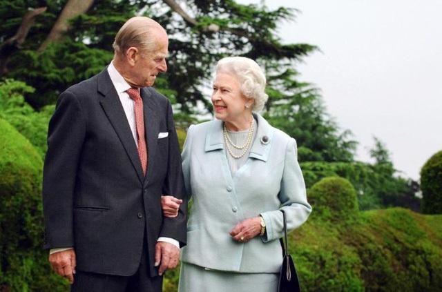 Nữ hoàng Elizabeth và Hoàng thân Philip sẽ kỷ niệm 70 năm ngày cưới vào tháng 11 tới. Tính đến nay, Hoàng thân đã ở bên cạnh Nữ hoàng trong suốt 65 năm trị vì Vương quốc Anh. (Ảnh: Reuters)