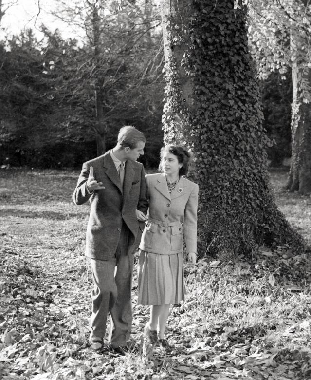 """Mặc dù đã thông báo kế hoạch """"nghỉ hưu"""", nhưng Hoàng thân Philip vẫn sẽ tham gia các sự kiện tiếp xúc đã được lên kế hoạch từ trước đó, trong khoảng thời gian từ nay đến tháng 8, cả với tư cách cá nhân cũng như đi cùng Nữ hoàng. Trong ảnh: Công tước xứ Edinburgh và Công chúa Elizabeth đi dạo ở phía nam nước Anh trong kỳ nghỉ trăng mật vào tháng 11/1947."""