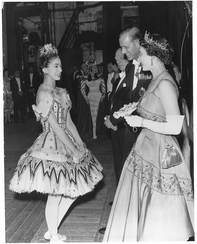 Sau khoảng thời gian trên, Công tước xứ Edinburgh sẽ không nhận lời mời thực hiện các chuyến thăm hay các cuộc gặp mặt, mặc dù ông có thể vẫn chọn tới tham dự một số sự kiện quan trọng. Trong ảnh: Hoàng thân và Nữ hoàng Anh trò chuyện cùng vũ công Margot Fonteyn ở London vào tháng 6/1958.