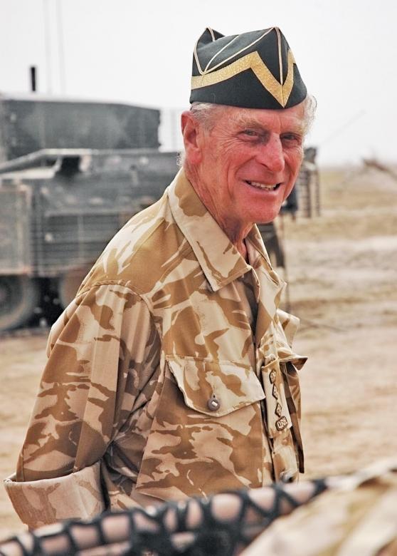 Thông báo của Cung điện Buckingham cho biết Hoàng thân Philip hiện là người đỡ đầu, chủ tịch hoặc thành viên của hơn 780 tổ chức. Trong thời gian tới, Hoàng thân sẽ vẫn tiếp tục gắn bó với các tổ chức này, nhưng ông sẽ không đóng vai trò tích cực như trước đây. Trong ảnh: Hoàng thân Philip mặc quân phục trong một chuyến thăm tới Basra, Iraq năm 2006.