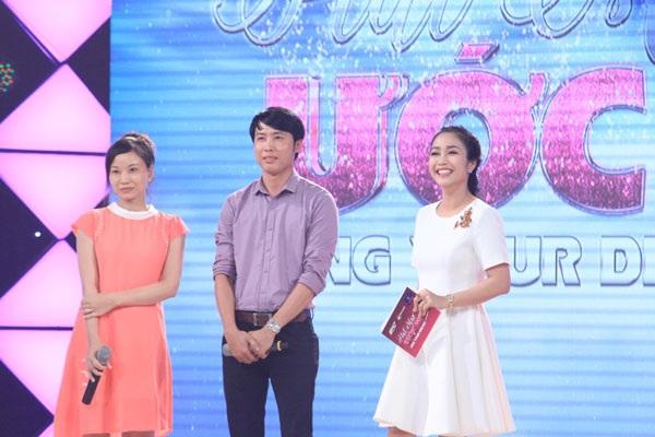 Anh Hoàng Vũ và người vợ đang mang bầu (ngoài cùng bên trái) trên sân khấu Hát mãi ước mơ.