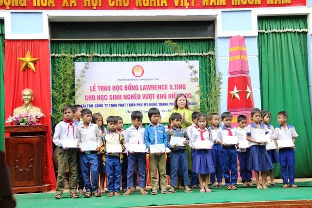 Trao học bổng cho học sinh miền núi xã Hướng Phùng huyện Hướng Hóa