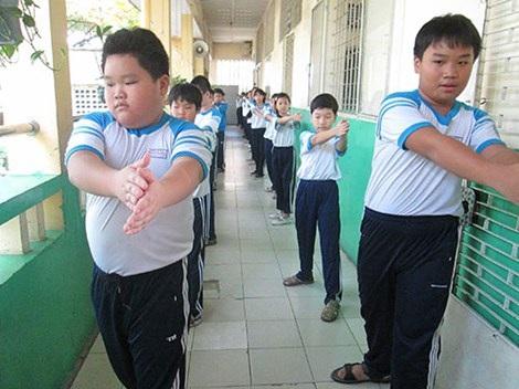 Nhiều trường học chật hẹp, học sinh phải tập thể dục ở hành lang lớp học.