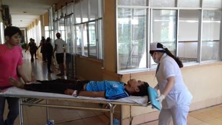 Học sinh bị thương được đưa đến bệnh viện (ảnh CTV)