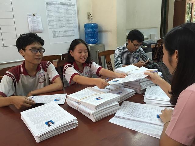 Học sinh lớp 12 trường THPT Trưng Vương, TPHCM hoàn thành khâu nộp hồ sơ thi THPT quốc gia 2017. (Ảnh: Lê Phương)