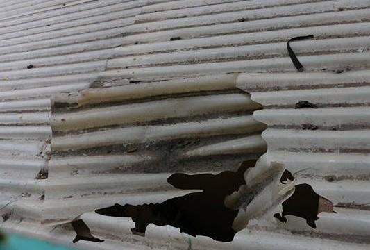 Mái che mưa, nơi học sinh rơi từ tầng 3 xuống.