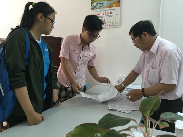 Học sinh tại TPHCM đăng ký thi THPT quốc gia và xét tuyển ĐH năm 2017. (Ảnh: Lê Phương)