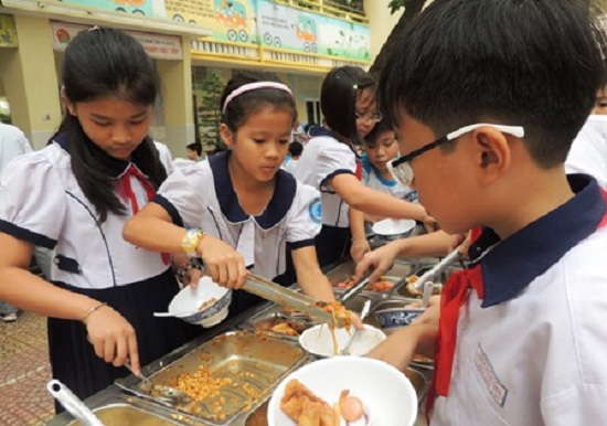 Học sinh TPHCM trong bữa ăn tự phục vụ tại trường (Ảnh minh họa)