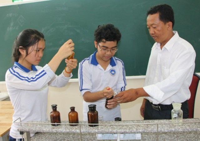 Thầy Phan Văn Nhân và hai em Uyển Nhi-Vĩnh Hưng