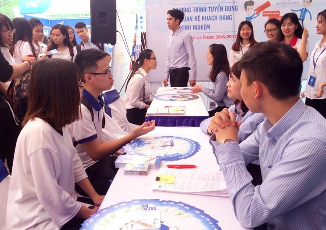 Sinh viên trao đổi với nhà tuyển dụng tại Hội chợ việc làm Học viện Ngân hàng 2017. (Ảnh: Mai Châm)