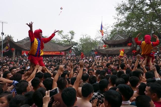 Gần trăm trai tráng phô diễn sức mạnh trong màn phối hợp rước ông đám ở hội pháo Đồng Kỵ (Từ Sơn, Bắc Ninh) diễn ra sáng nay, mùng 4 Tết. Họ là những thanh niên tuổi trên 18 tràn đầy sinh lực tượng trưng cho đoàn quân ra trận đánh giặc, trong lễ hội nổi tiếng nhất nhì đất Kinh Bắc mới được công nhận là Di sản văn hóa phi vật thể quốc gia. (Ảnh: Quý Đoàn)