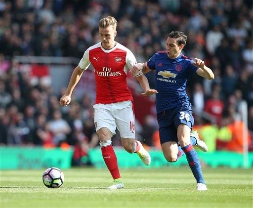 Darmian (phải) thi đấu trong trận đấu của MU trên sân Arsenal cuối tuần qua