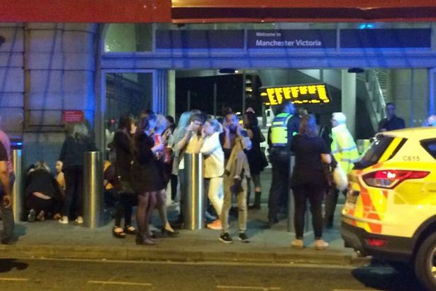 Cảnh hỗn loạn bên ngoài nhà thi đấu Manchester. (Ảnh: Mirror)
