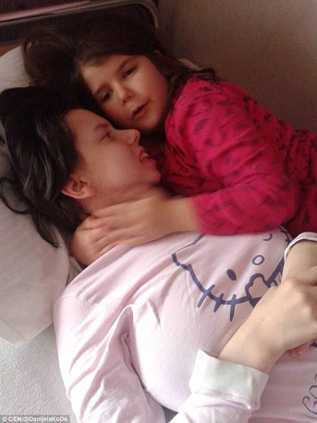 Danijela Kovacevic, 25 tuổi bên con gái 7 tuổi.