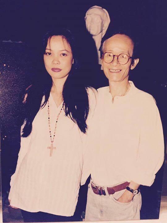 Bức ảnh kỷ niệm của ca sĩ Hồng Hạnh với cố nhạc sĩ Trịnh Công Sơn. Ảnh: TL.