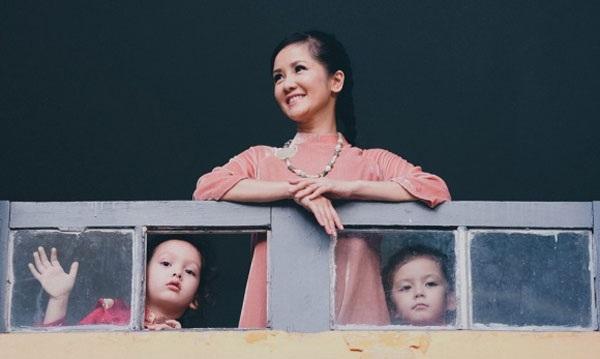 Hồng Nhung chia sẻ, những thiếu thốn tình cảm của mẹ thuở ấu thơ được bù đắp khi chị có bé Tôm và bé Tép. Bao nhiêu tình thương, niềm khát khao chị dồn hết cho hai con (Ảnh: Nguyễn Chí Thanh).