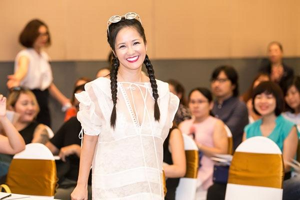 Diva Hồng Nhung xuất hiện tươi trẻ và rạng rỡ tại buổi giới thiệu chương trình giới thiệu những bài hát thiếu nhi gắn liền ký ức tuổi thơ mới đây tại Hà Nội. (Ảnh: H.B)