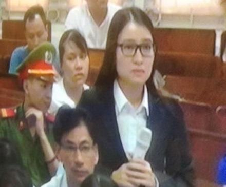 Hoàng Thị Hồng Tứ trả lời câu hỏi của luật sư về việc chuyển tiền cho Nguyễn Xuân Sơn, cựu Tổng Giám đốc Oceanbank.