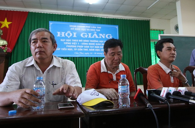 Ông Chen Lai Shih Kuan - Tổng giám đốc Công ty Kwong Lung - Meko (giữa) thất thần tại cuộc họp báo chiều 23/3