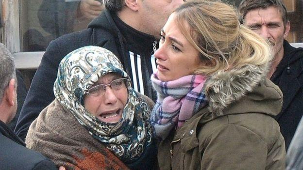 Người thân các nạn nhân đau buồn chờ đợi thông tin từ giới chức (Ảnh: AP)