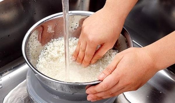 Vo gạo quá kỹ sẽ làm giảm chất dinh dưỡng có trong hạt gạo. (Ảnh minh họa)