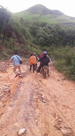 Để vào được điểm trường Hua Mức 1, thuộc trường tiểu học Pú Xi, đoàn chúng tôi phải vượt qua cung đường hiểm trở, cheo leo bằng xe máy