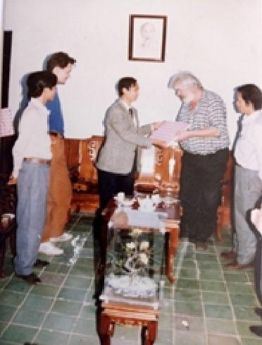 KTS. Kazik và con trai Bartek trao tặng Sở Văn hóa Thông tin tỉnh Thừa Thiên Huế tập dự án Bảo tồn Trùng tu Di tích Tháp đôi Liễu Cốc - Quảng Điền, tỉnh Thừa Thiên Huế (Ảnh chụp năm 1995)