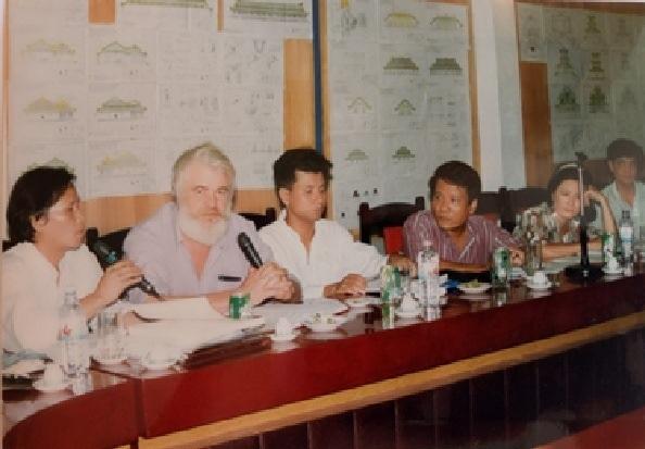 KTS. Kazik tại buổi họp báo cáo Dự án trùng tu tu bổ Thế Tổ Miếu - Đại Nội Huế tại Bộ Văn hóa Thông tin, Thủ đô Hà Nội (Ảnh chụp năm 1996)
