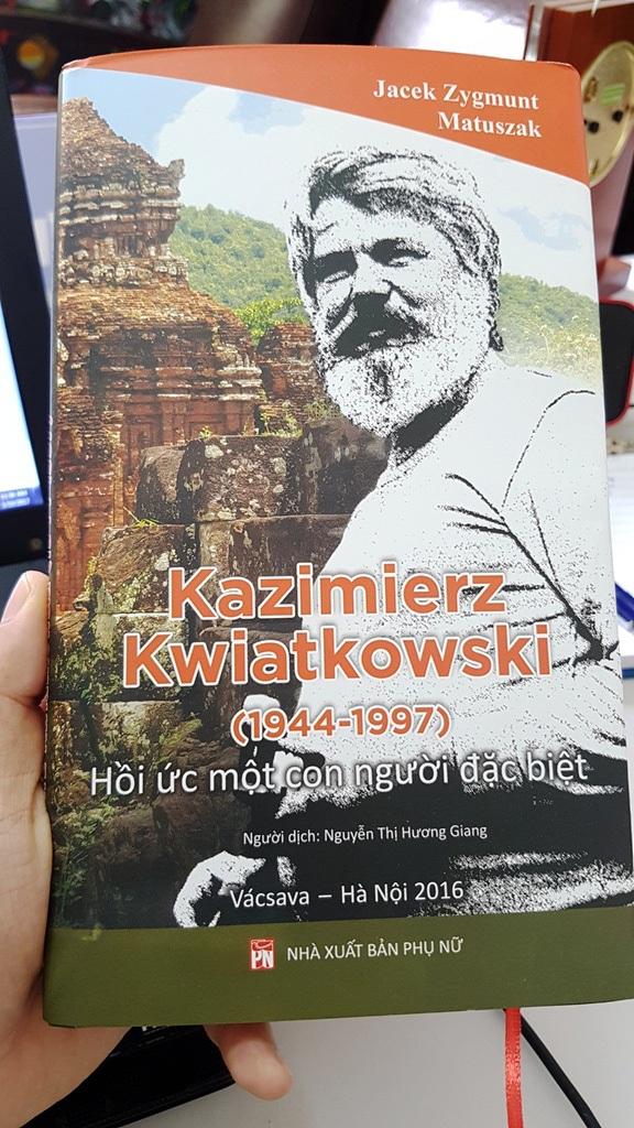 Cuốn sách về Kazik có một phần rất đặc biệt trích từ nhật ký của cố kiến trúc sư trong thời gian làm việc tại Việt Nam để giúp nước ta phục hồi, bảo tồn các di tích