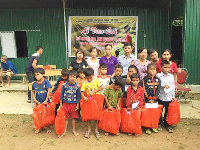 Những món quà thiết thực đã đến tay học sinh điểm trường xa nhất xã Huồi Máy trước thềm năm học mới 2017-2018