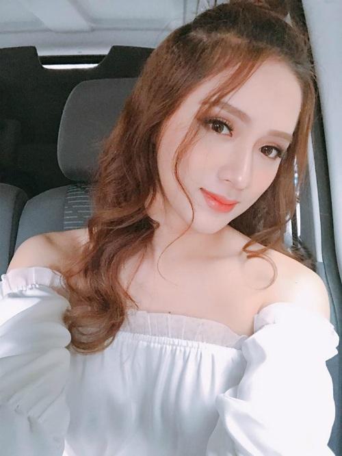 Hương Giang Idol ngày càng dịu dàng và nữ tính, một phần do người đẹp thay đổi kiểu trang điểm vá mái tóc.