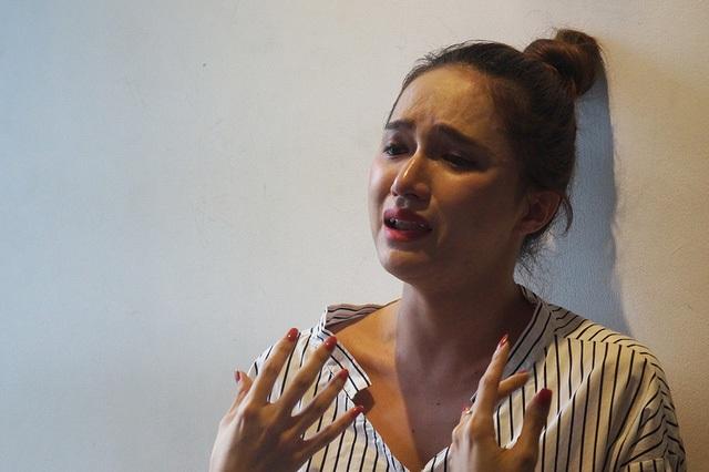 Bị nhiều người chỉ trích vì phát ngôn thiếu chuẩn mực, Hương Giang Idol khóc bày tỏ với báo chí.