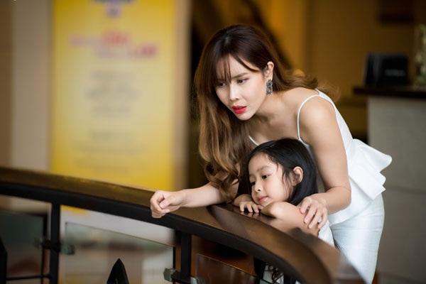 Vợ nhạc sĩ Hồ Hoài Anh đưa con gái đầu lòng đi cùng.
