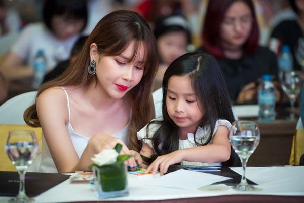 Năm ngoái, Lưu Hương Giang cũng hạ sinh bé gái thứ 2.