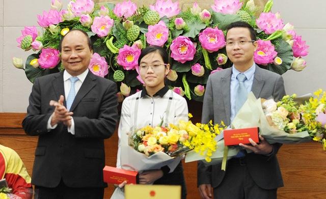Đinh Hương Thảo (giữa ảnh) được Thủ tướng Nguyễn Xuân Phúc tuyên dương. Em là 1 trong 10 Gương mặt trẻ Việt Nam tiêu biểu năm 2016.