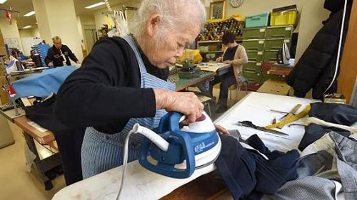 Nhận lương hưu từ việc tham gia BHXH sẽ hỗ trợ người lao động lúc tuổi già. (Ảnh minh hoạ)