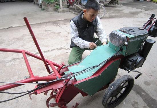 Tạ Đình Huy bên chiếc máy nông nghiệp do anh chế tạo