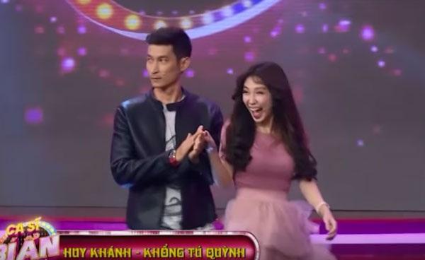 Huy Khánh xoa tay Khổng Tú Quỳnh chọc tức Ngô Kiến Huy khi tham gia là nghệ sĩ khách mời chương trình Ca sĩ bí ẩn.