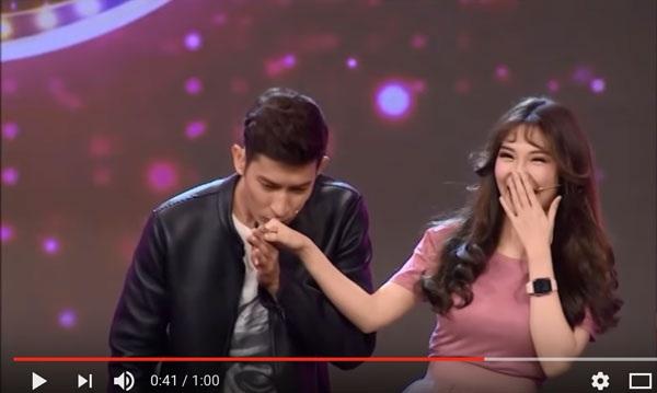 Trước lời đề nghị của danh hài Việt Hương, Huy Khánh hôn tay bạn gái chàng Bắp.