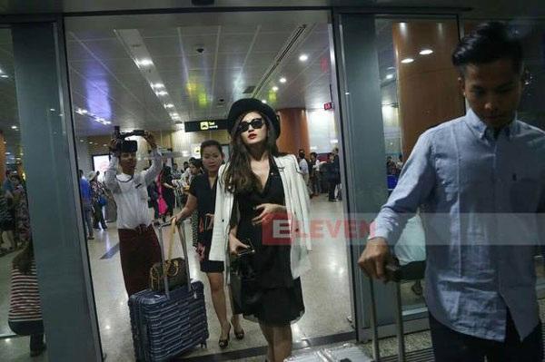 Hình ảnh được cho là Huyền My vô tâm để mẹ phải đẩy hành lý lỉnh kỉnh ở sân bay. Sau khi bị chỉ trích, Huyền My đã giải thích, tất cả chỉ là sự hiểm nhầm.