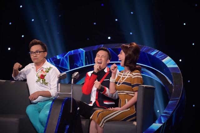 """Trước tình huống hi hữu này, ca sĩ Đoan Trang vẫn đầy bản lĩnh khi """"giả vờ"""" đứng lên múa, nhưng thực chất là tìm lại micro. Sự việc khiến các huấn luyện viên đang ngồi thưởng thức trên ghế nóng được một phen… cười ngất, nhưng cũng vô cùng khâm phục bản lĩnh sân khấu của Đoan Trang và hai học trò."""