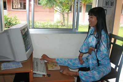Cô gái khuyết tật Huỳnh Thị Xậm. (Ảnh: Báo CAND)